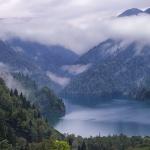 Озеро Рица среди гор